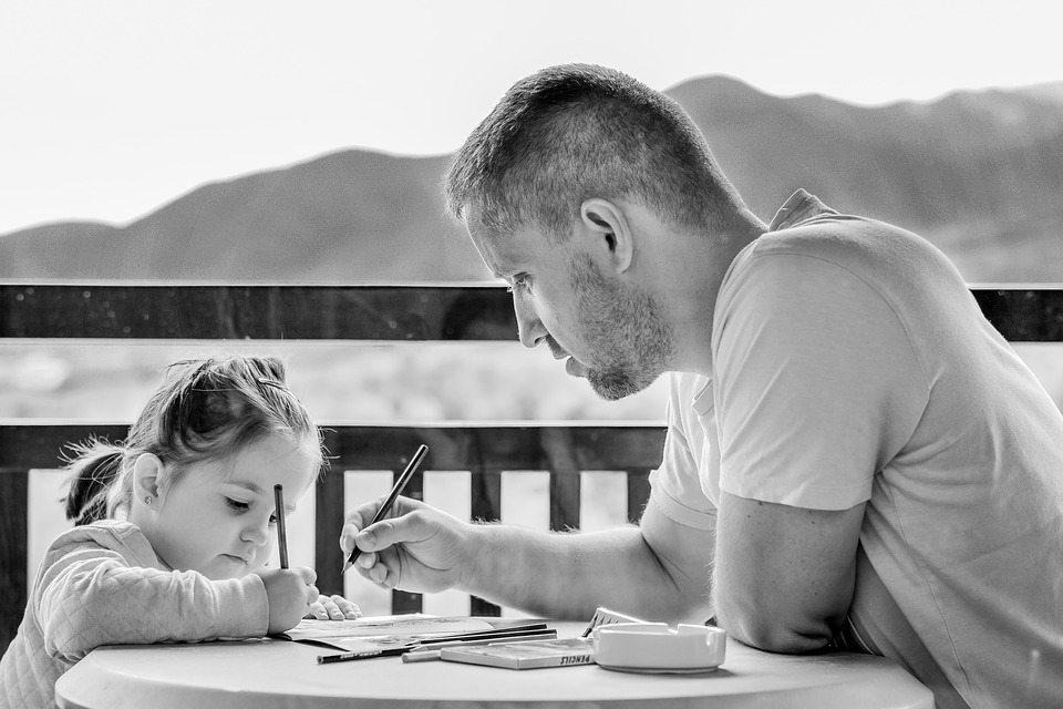 הורה מלמד את ילדתו